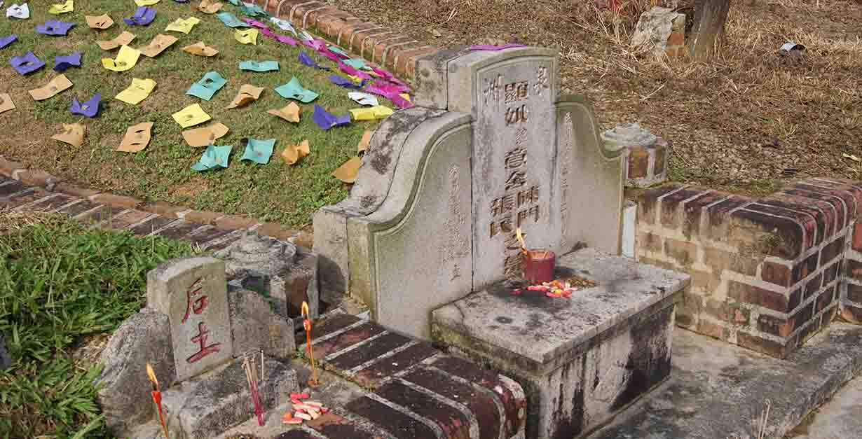 Colored papers placed on a grave during Qingming Festival, Bukit Brown Cemetery, Singapore By Jacklee. - Own work., CC BY-SA 3.0, https://commons.wikimedia.org/w/index.php?curid=15683412